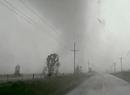 Tornado wybija szybę w samochodzie łowców